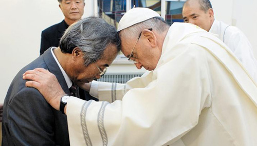 Pope Francis (right) baptizes Lee Ho-jin, the father of a ferry disaster victim, at the Embassy of the Holy See in Seoul on Sunday. /AP-Newsis