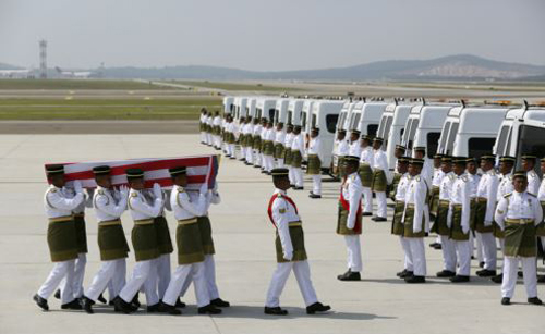 The remains of a passenger of the downed Malaysia Airlines MH17 is carried to a hearse, at the Bunga Raya complex of KLIA airport, in Sepang, Malaysia on Aug. 22, 2014. /Reuters