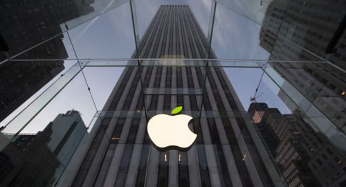 The leaf on the Apple symbol is tinted green at the Apple flagship store on 5th Ave in New York on April 22, 2014. /Reuters