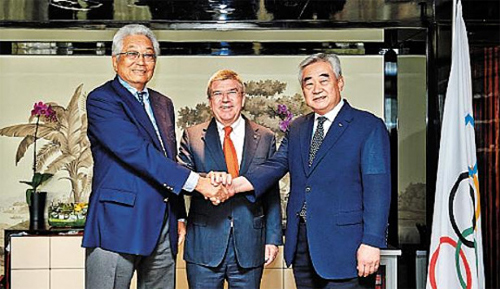 Chang Ung, president of the International Taekwondo Federation, Thomas Bach, president of the International Olympic Committee, and Choue Chung-won, president of the World Taekwondo Federation (from left), pose after signing a memorandum of intent in Nanjing, China last Thursday. /Courtesy of the World Taekwondo Federation