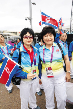 Ri Bun-hui (left) poses with a South Korean participant in the athletes village in London on Aug. 27, 2012, one day before the opening of the 2012 London Paralympics (file photo).
