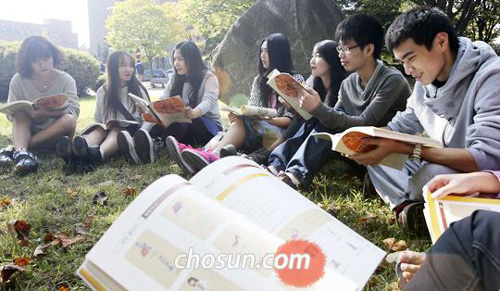 Chinese students learn Korean at a university in Cheongju, North Chungcheong Province on Oct. 7.