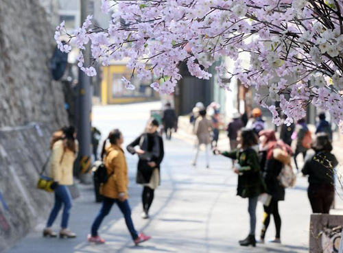 People enjoy warmer weather in Seoul on Wednesday. /Newsis