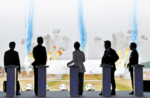 President Park Geun-hye (center) attends a ground-breaking ceremony for a Samsung semiconductor plant in Pyeongtaek, Gyeonggi Province on Thursday. /Newsis
