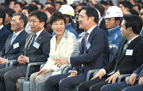 President Park Geun-hye looks at Samsung Electronics vice chairman Lee Jae-yong at a ground-breaking ceremony for a new semiconductor plant in Pyeongtaek, Gyeonggi Province on Thursday. /Newsis