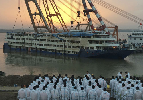 China Wastes No Time Raising Sunken Cruise Ship The Chosun Ilbo - Sunken cruise ships