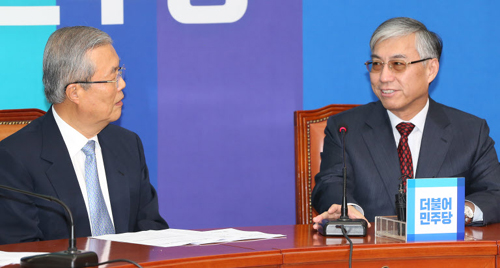 Kim Chong-in (left), the interim chairman of the main opposition Minjoo Party, talks to Chinese Ambassador Qiu Guohong at the National Assembly in Yeouido, Seoul on Tuesday.