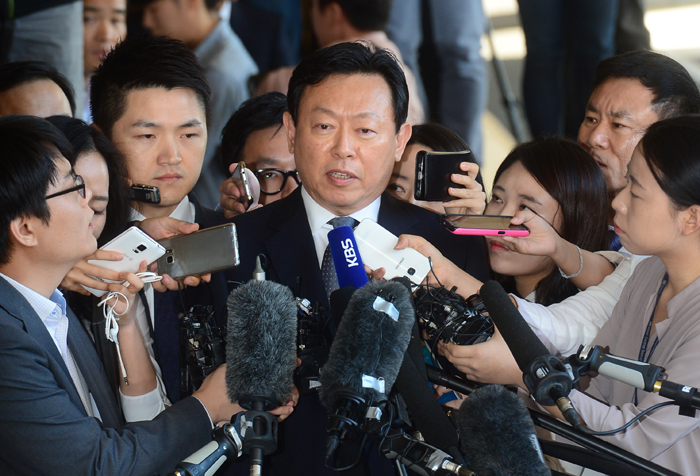 Lotte chair appears for prosecutors probe on corruption