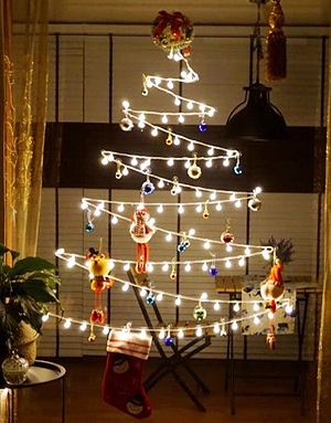 But the prolonged economic slowdown and the resulting austerity in decorating trends have led to small, plain Christmas decorations being favored by Korea's ...