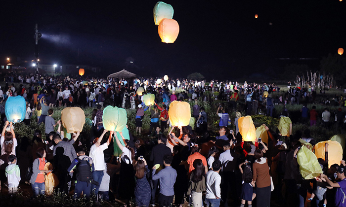 Visitors fly lanterns in a buckwheat field in Pyeongchang Gangwon Province on Sunday. /Newsis
