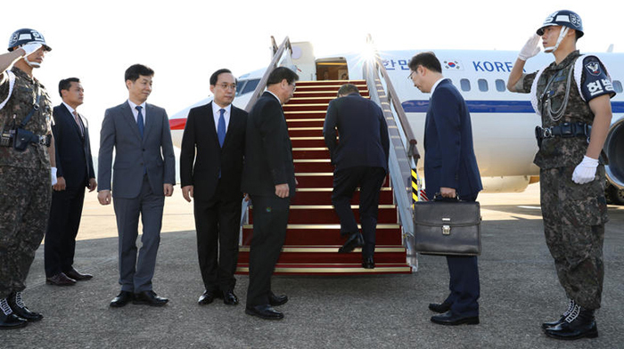 Moon speaks with Trump, discusses envoys' visit to N.Korea
